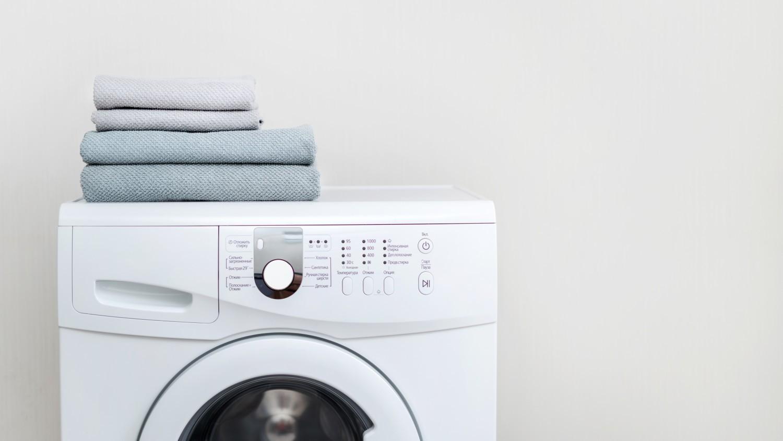 lyserød vasketøjsske i pulvervaskemiddel