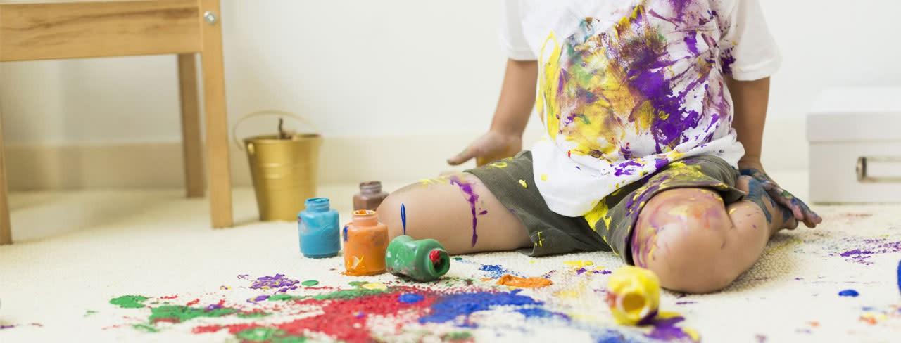 Barn, der er rodet med maling