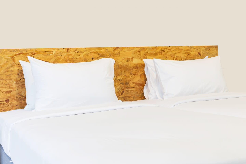 Hvide puder på en seng