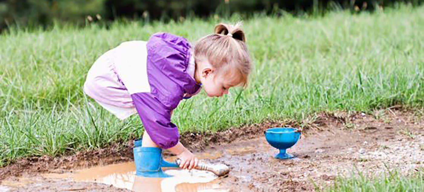 pige ved en vandpyt