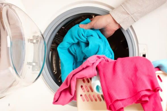 Tøj i en vaskemaskine